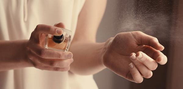 بهترین روش عطر زدن برای افزایش ماندگاری بوی آن